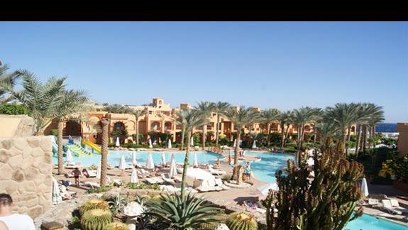 Basen ze zjeżdżalniami w hotelu Rehana Royal Beach