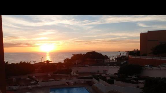 Piękne wschody słońca, widok z balkonu