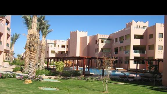 Mały basenik między budynkami  w Hotelu Rehana Sharm