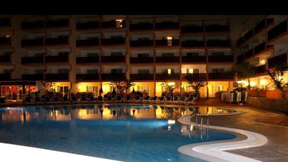 pierwszy basen noca