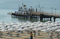 Hotel Globus - parasolki na plaży i molo wiodk z pokoju hotelowego ( zdjęcie na zoomie)