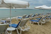 Hotel Globus - parasole i leżaki na plaży w SB