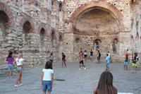 Hotel Globus - gra w piłkę - boisko ruiny kościoła w starym Nesebarze