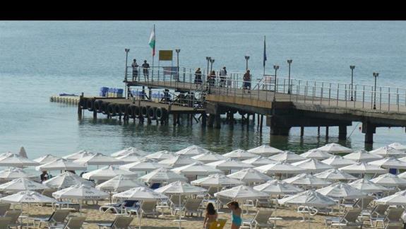 parasolki na plaży i molo wiodk z pokoju hotelowego ( zdjęcie na zoomie)