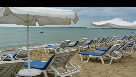 parasole i leżaki na plaży w SB