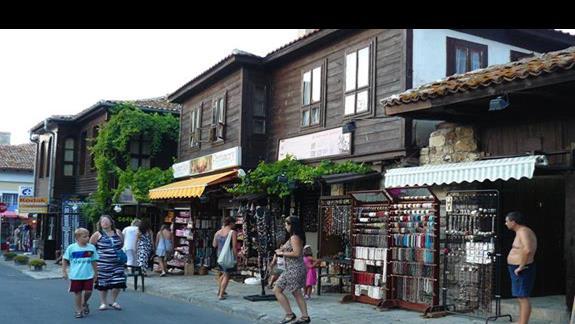 uliczka w starym Nasebarze z charakterystyczną zabudową