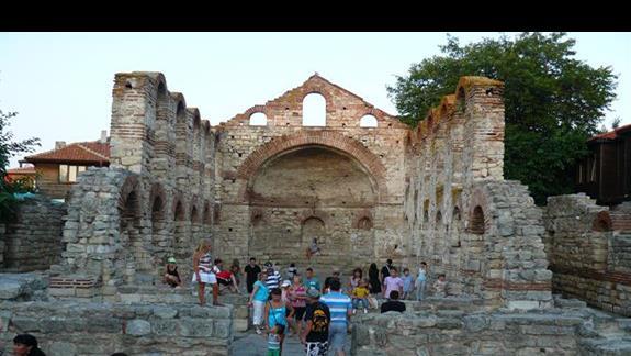turyści w riunach kościoła - stary Nesebar