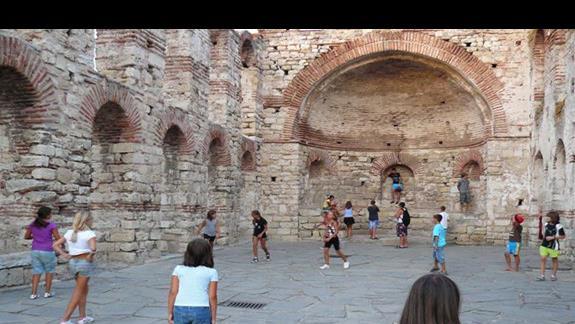 gra w piłkę - boisko ruiny kościoła w starym Nesebarze