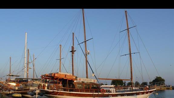 statki zadumowane w porcie -  stary Nesebar