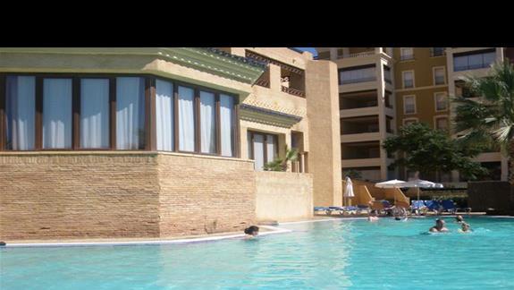 basen obok hotelu