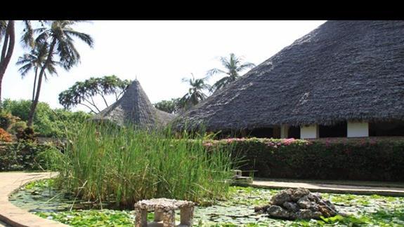 widok na restaurację z ogrodu