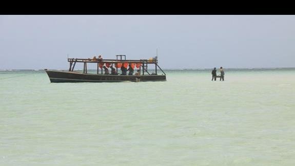 łódź na blue safari i gril na środku oceanu