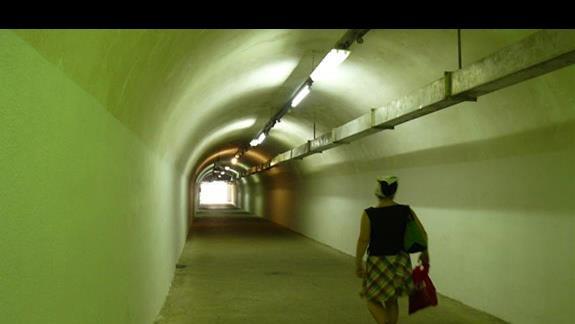 wyjatkowa atrakcja-podziemny korytarz wykuty w skale, łączący hotel i plażę