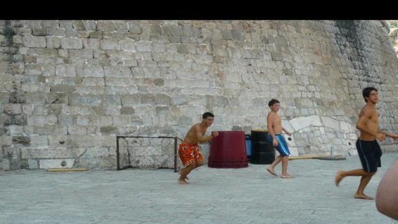 gra w piłkę w cieniu murów miasta - Dubrownik