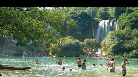 pluskanei sie we wspaniale chłodnej i czystej wodzie przy wodospadach