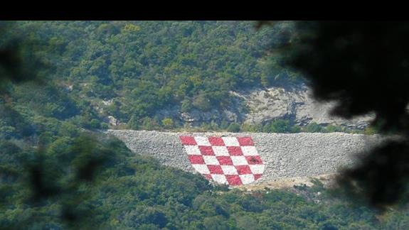 godło Chorwacji na przecileglym brzegu - widok z Neum