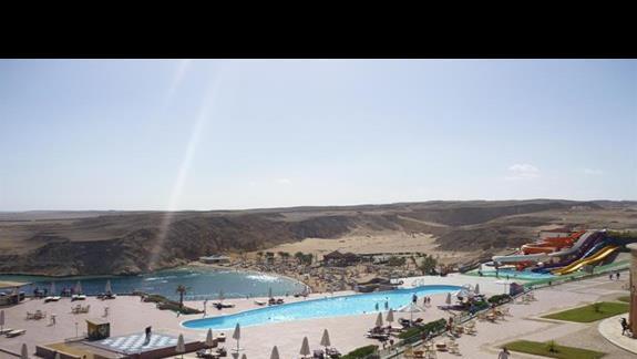 widok na plażę oraz basen
