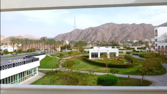 Widok z balkonu na front hotelu. Nastepnym razem nie omieszkmy dopytac o pokój z widokiem na morze ! Bajka ! :)