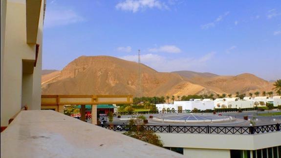Widok na lewa strone. Panorama otoczona górskim krajobrazem.