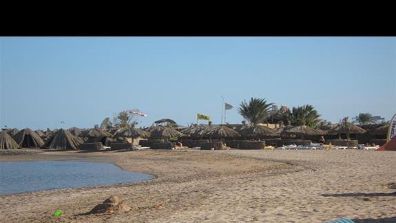 widok na plażę sąsiedniego hotelu