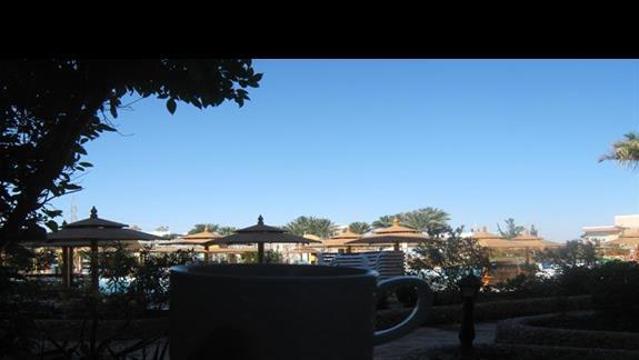 w grudniu z kawą na balkonie