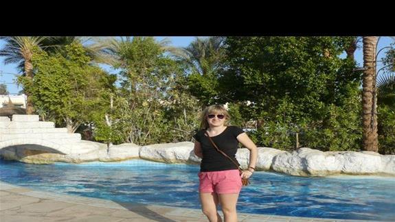 Obok jednego z basenów hotelowych.