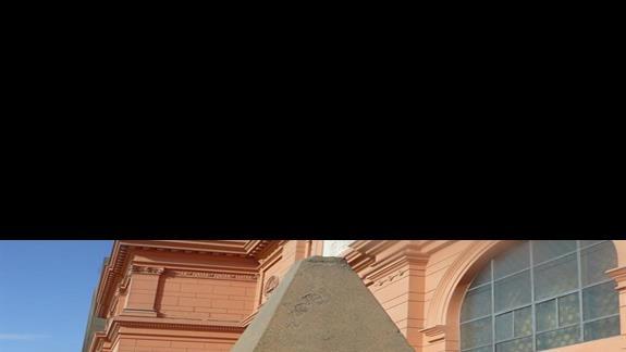 Obok piramidy w Narodowym Muzeum w Kairze.