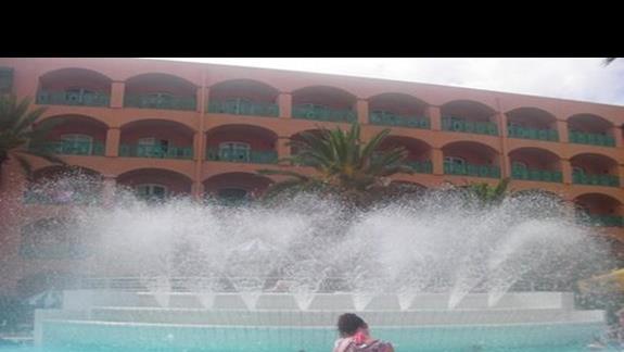 basen z fontannami w hotelu