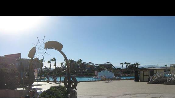 widok na baseny, po lewej bar