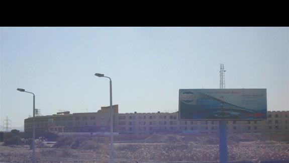 widok na hotel z drogi głównej