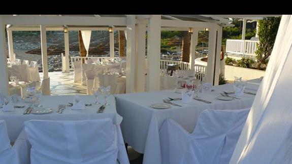 tawerna przy Nissi przygotowana na przyjęcie weselne