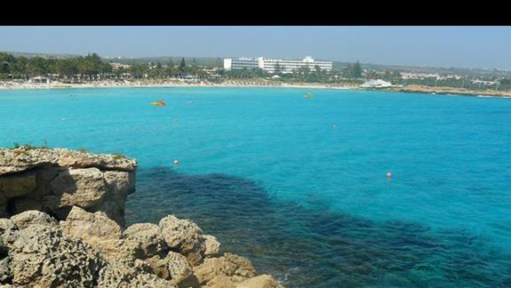 wiodk z małej wysepki na plażę Nissi Beach