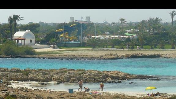 wiodk z małej wysepki na lagunę i typowy  biały kościółek przy Nissi Beach