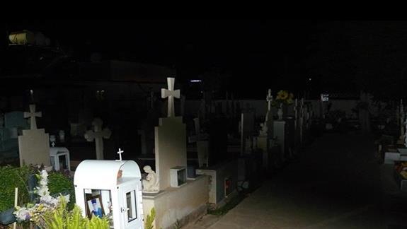 cmentarz w miasteczku sąsiadujący z gwarnymi knajpkami