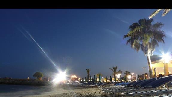 plaża przy porcie nocą