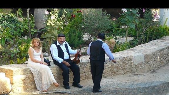 zespół grający tradycyjną muzykę grecką na dziedzińcu monastyru