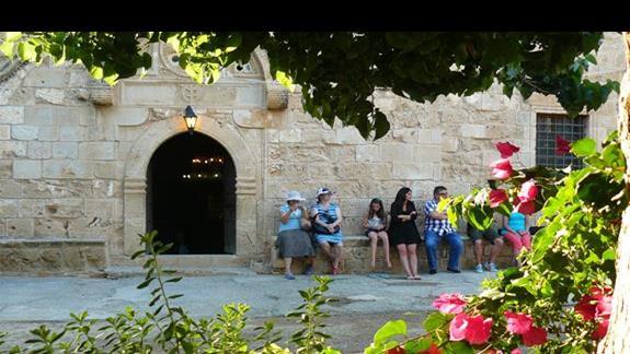 przed wejściem do kaplicy - dziedziniec monastyru