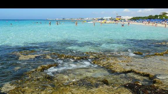 widok z klifów na plażę ciagnącą się od portu po klify