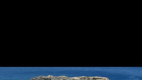 formacje sklane i schodzki prowadzące do jaskini