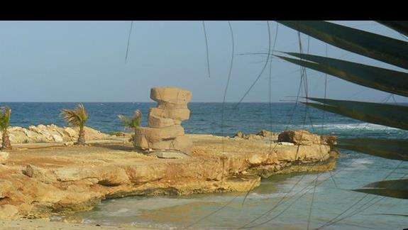 niewielka ale urocza plaża z charakterystycznymi słupami z kamienia nieopodal parku wodnego