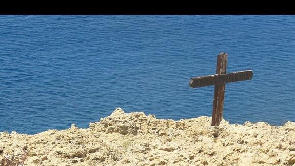 zagadkowy krzyż na jedym znadmorskich klifów
