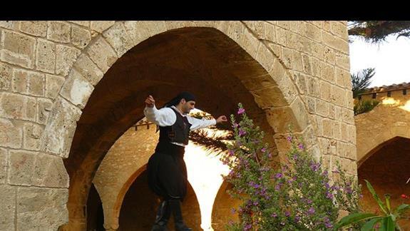 tańcący w tradycyjnym stroju mężczyzna