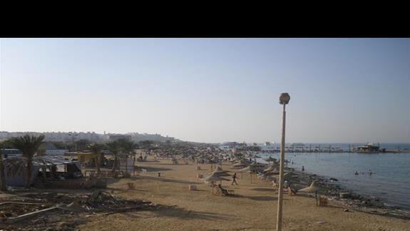 Widok na miejską plażę - żeby tam się dostać należy ominąć mur, przejście tylko morzem. Uwaga śliskie kamienie!!!