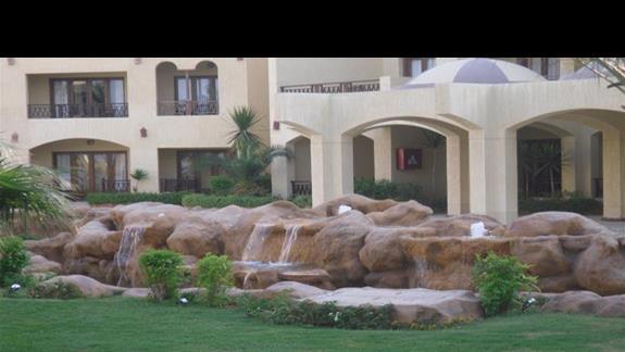 Przepiękny ogród i fontanna