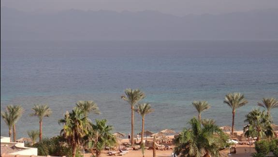 SONESTA BEACH RESORT TABA - plaża a na horyzoncie drugi brzeg Zatoki Akaba