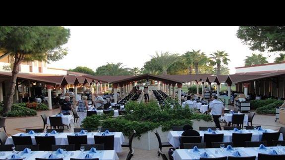 ... restauracja na świeżym powietrzu...
