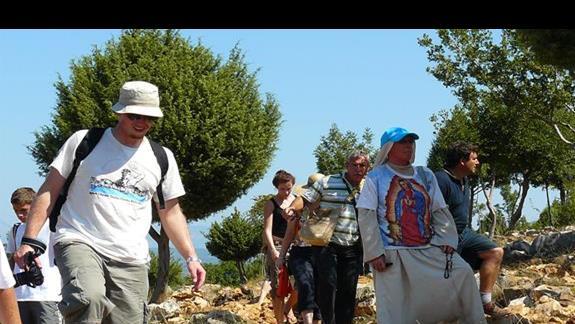 piewgrzymi w drodze na Wzgórze Objawień