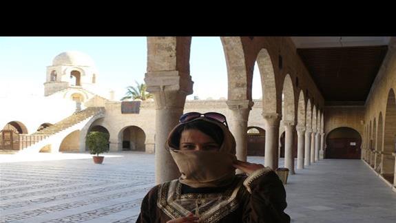 Struj obowiązkowy dla kobiet w meczecie, Muła wypożycza go za drobną opłatą