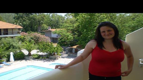 żona na balkonie naszego pokoju na tle pięknego widoku:)