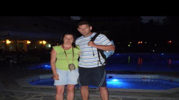 wieczorem na tle podświetlonego basenu:)